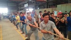 Trận chung kết môn kéo co nam.