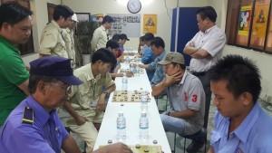 Ông Bùi Quang Hiệp ( đứng bên phải) - Giám đốc Công ty Thép Hữu Liên và Ông Vương Thành Phát ( đứng thứ 2 bên trái) – Trưởng khối sản xuất,kỹ thuật Công ty Minh Hữu Liên cùng dự khán loạt trận vòng loại môn cờ tướng.