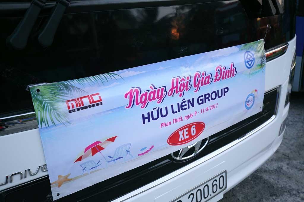 Đoàn xe của Công ty du lịch đưa khoảng 320 nhân viên Hữu Liên cùng gia đình tham gia kỳ nghỉ