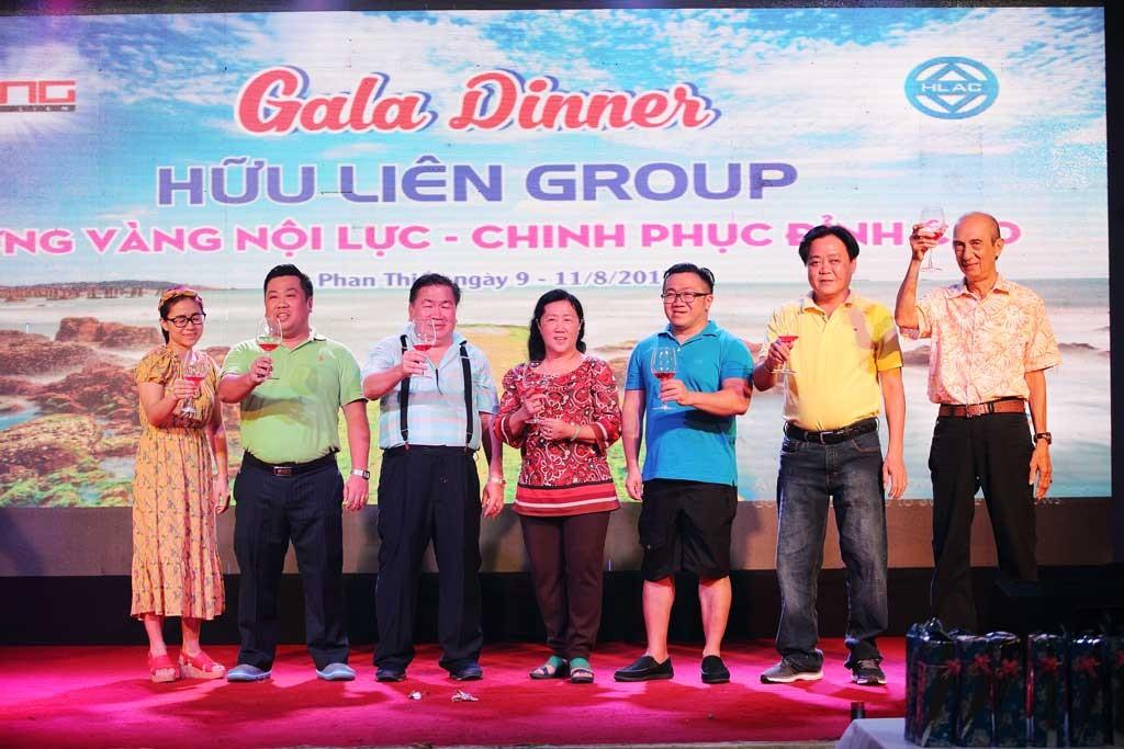 Ban Giám đốc của Đại gia đình Hữu Liên nâng ly khai tiệc đêm Gala dinner.