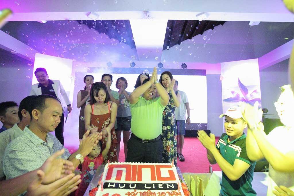 Ông Trần Tuấn Minh – Giám đốc Công ty cổ phần Minh Hữu Liên cắt bánh sinh nhật kỷ niệm 10 năm thành lập.