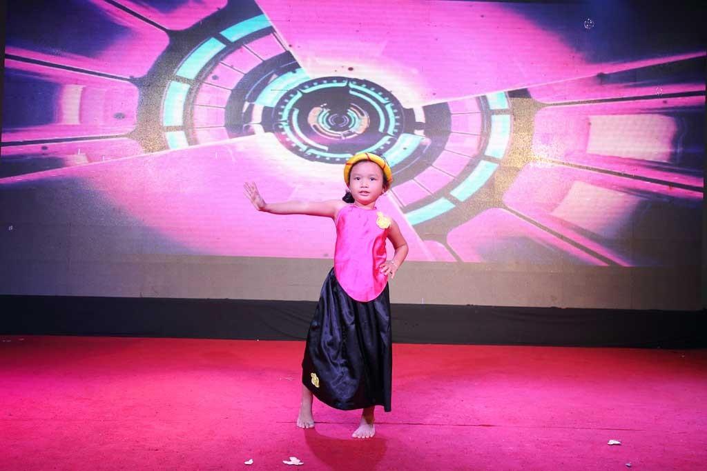 Phần trình diễn Bống bống bang bang đáng yêu của 1 bé gái con 1 thành viên xe số 4.